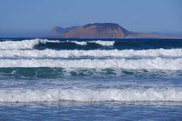 Spain, Canary Islands, Lanzarote, Caleta de Famara, waves, La Graciosa in the background - SIEF08630