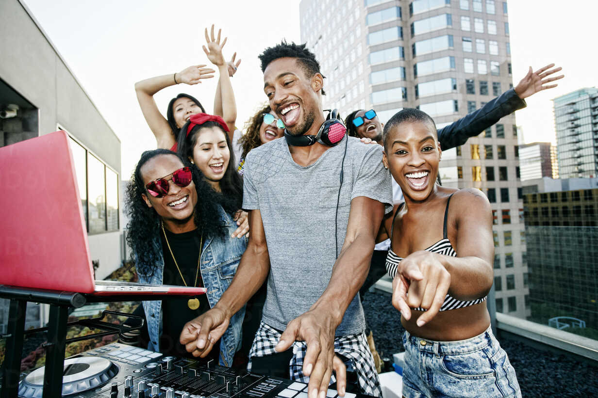 Friends posing with DJ on urban rooftop - BLEF03516 - Peathegee Inc/Westend61