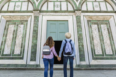 Young couple on a city trip in Florence, Tuscany, Italy - MGIF00424