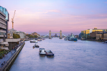 UK, London, The Tower Brigde with the HMS Belfast at sunset with purple sky - TAMF01466