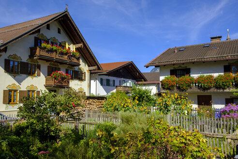 Blumen geschmückte Häuser in Sonnenstraße,Garmisch-Partenkirchen, Werdenfelser Land, Oberbayern, Bayern, Deutschland, - LBF02575