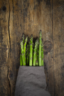 Bunch of green asparagus, kitchen towel - LVF08034