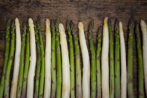 Row of green and white asparagus - LVF08040