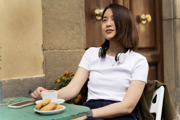 Italy, Florence, young woman at an outdoor cafe - FMOF00656