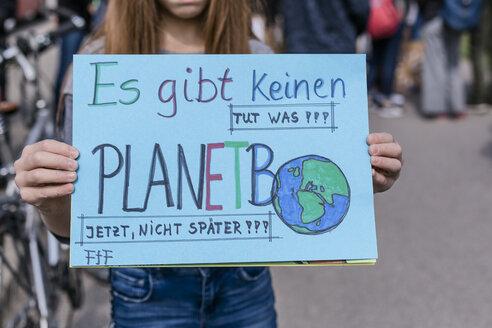 Protest, Demo für den Umweltschutz, Klimaschutz, Mädchen hält ein Schild, Vilsbiburg, Bayern, Deutschland - STBF00351