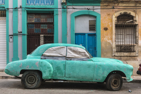 Parked damaged vintage car, Havana, Cuba - HSIF00596