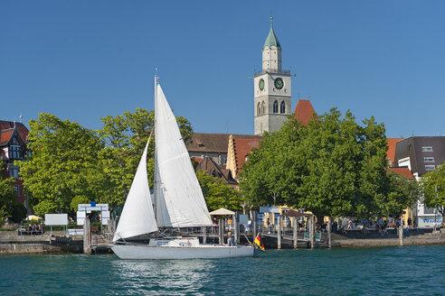 Deutschland, Baden-Württemberg, Bodensee, Überlinger See, Überlingen, Landungsplatz mit Münster und Segelboot - SH02189