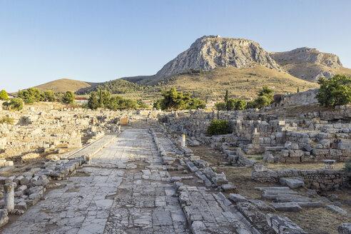 Lechaion Straße und Blick auf Akrokorinth, archäologische Ausgrabungsstätte antikes Korinth, Argolis, Peloponnes, Griechenland - MAMF00715