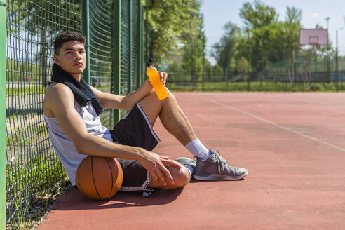 Young basketball player with plastic bottle - MGIF00506