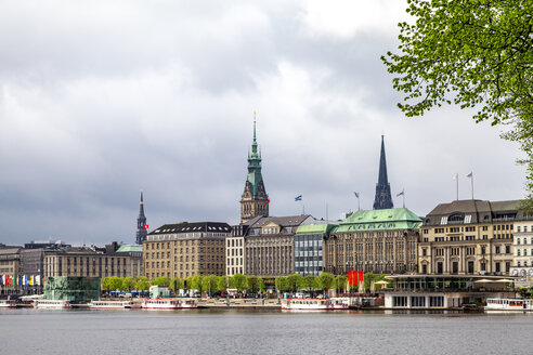 City view with city hall and St Nikolai Memorial and Inner Alster in the foreground, Hamburg, Germany - PUF01534