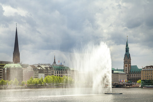 View to city hall with Inner Alster and Alster fountain in the foreground, Hamburg, Germany - PUF01540