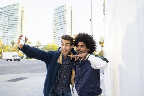 Two happy friends taking a selfie in the city, Barcelona, Spain - AFVF03145