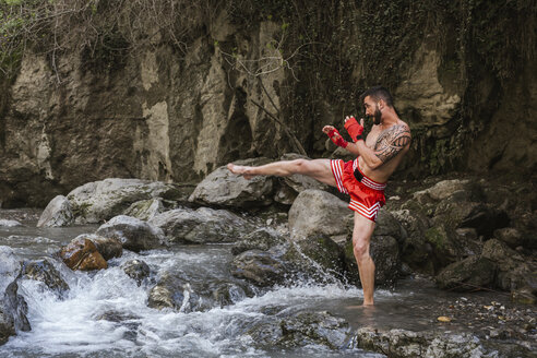 Training in the forest and waterfall/SPAIN/MONACHIL - LJF00067