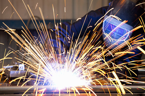 Welder using welding saw - JUIF01099