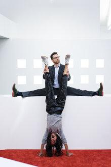 Deutschland, Rechlinghausen, Business, Büro, Plandid, Mann, 37 Jahre, Tänzer, Sportler, Frau, 39 Jahre, Handstand, Teamwork - MOEF02190