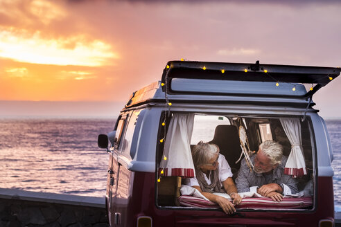 Senior couple traveling in a vintage van, lying in boot - SIPF02026