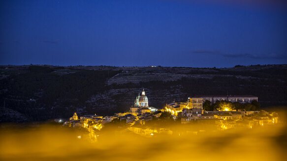 View from Ragusa Superiore to Ragusa Ibla with Duomo di San Giorgio at night, Ragusa, Sicily, Italy - MAMF00768