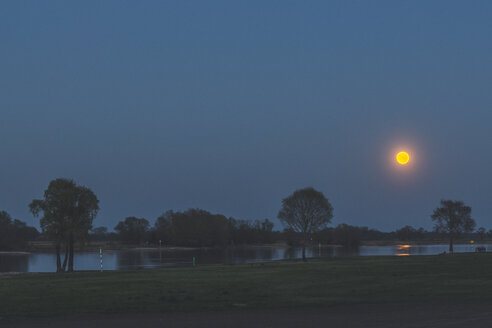 Full moon above River Elbe, Hitzacker, Lower Saxony, Germany - KEBF01243
