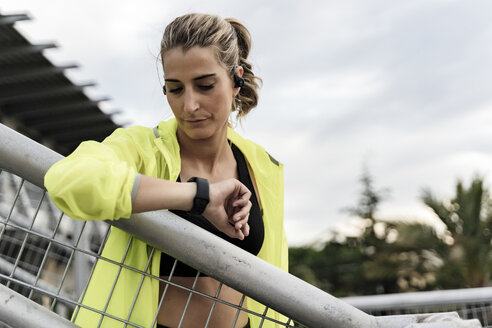 Sporty woman checking heart rate after workout - ERRF01495