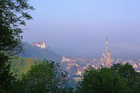Burg Trausnitz, Kirche St. Jodok und Basilika St. Martin bei Sonnenaufgang, Ausblick von Carossa-Höhe, Landshut, Niederbayern, Bayern, Deutschland - SIEF08646