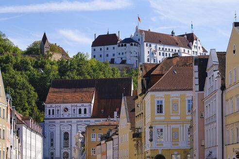 Straße Neustadt, Kirche St. Ignatius, Burg Trausnitz, Altstadt Landshut, Niederbayern, Bayern, Deutschland - SIEF08649