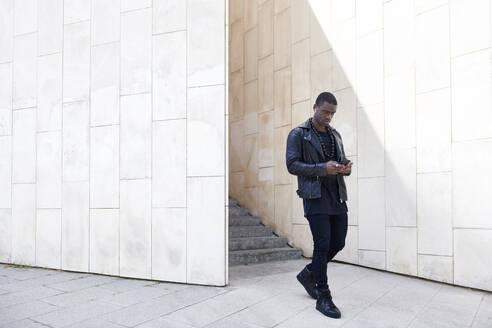 Man using smartphone - JND00080