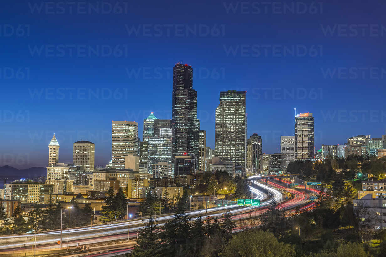 City skyline lit up at night, Seattle, Washington, United States - MINF11987 - Mint Images/Westend61