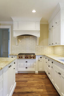 Counters and cabinets in luxury kitchen - MINF12092