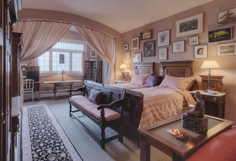 Bed and benches in bedroom - MINF12292