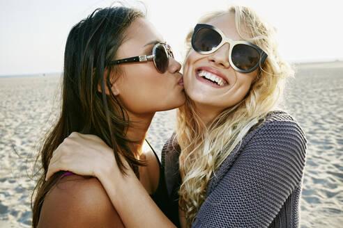 Women kissing on beach - BLEF06797
