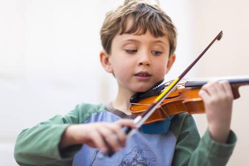 Close up of boy playing violin - BLEF06953