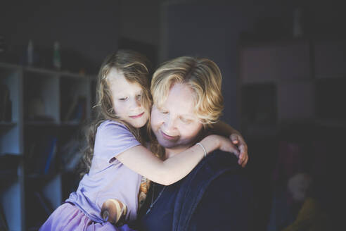 Portrait of smiling mother with daughter at home - IHF00109