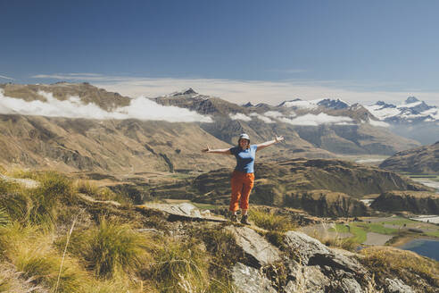 Hiking on Roys Peak, Lake Wanaka, New Zealand - IHF00130
