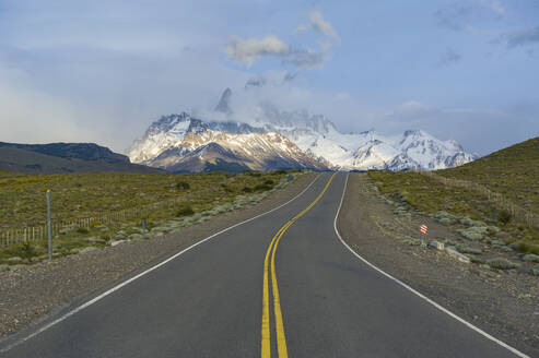 Road leading to Mount Fitz Roy near El Chalten, Patagonia, Argentina, South America - RUNF02736