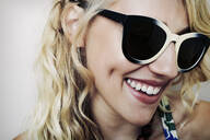 Caucasian woman wearing sunglasses - BLEF07371