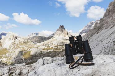 Binoculars, Mitterebenkofel, Gruppo Rondoi-Baranci, Tre Cime di Lavaredo Area, Nature Park Tre Cime, Unesco World Heritage Natural Site, Sexten Dolomites, Italy - GWF06120