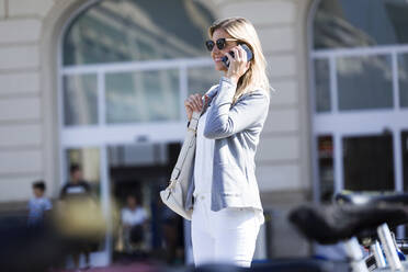 Young businesswoman talking on mobile phone - JSRF00284