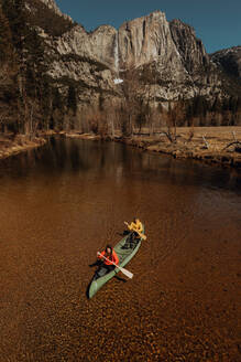 Young canoeing couple canoeing on river, high angle view, Yosemite Village, California, USA - ISF22116