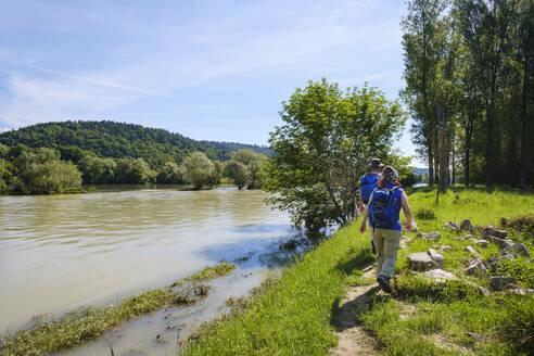 Wanderer an Isarmündung bei Hochwasser, vorne Isar, hinten Donau, bei Deggendorf, Niederbayern, Bayern, Deutschland - SIEF08733