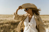 Female traveller with straw hat and sunglasses - ERRF01559