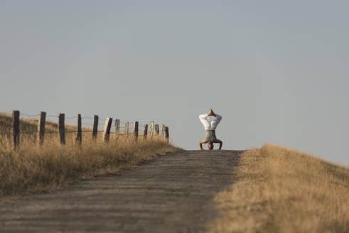Yoga auf dem Deich, Deutschland, Schleswig-Holstein, Nordfriesland, Dunsum, Föhr - KJF00321