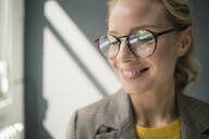 Portrait of young businesswoman, wearing glasses - JOSF03414