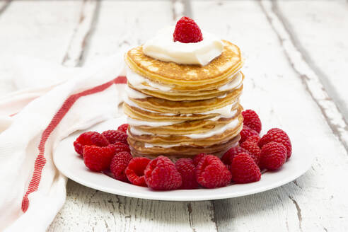 Low-carbohydrate pancakes with yogurt and raspberries - LVF08130