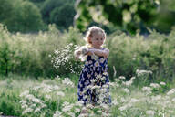 Portrait of smiling little girl playing with seeds of blowball - OGF00012