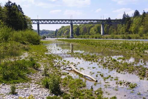 Großhesseloher Brücke über Isar, zwischen München und Pullach im Isartal, Oberbayern, Bayern, Deutschland - SIEF08737