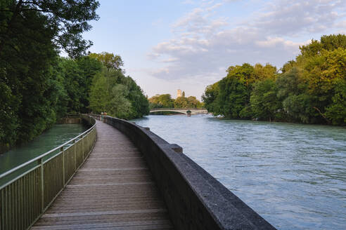 Germany, Upper Bavaria, Munich, Boardwalk on Isar river with Kabelsteg bridge and Deutsches Museum in background - SIEF08749