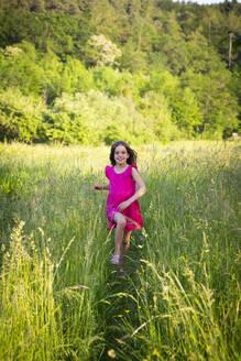 Mädchen rennt, Sommerwiese, Abendsonne - LVF08133