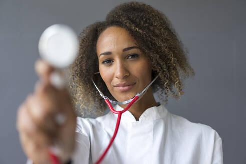 Deutschland, Essen, Frau, 25 Jahre, Afro, Arzt, Assistenz, Jung - MOEF02384