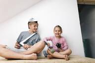Wickede, NRW, Deutschland. Geschwister spielen mit Werkzeuge in einem renovierten Haus - KMKF00993