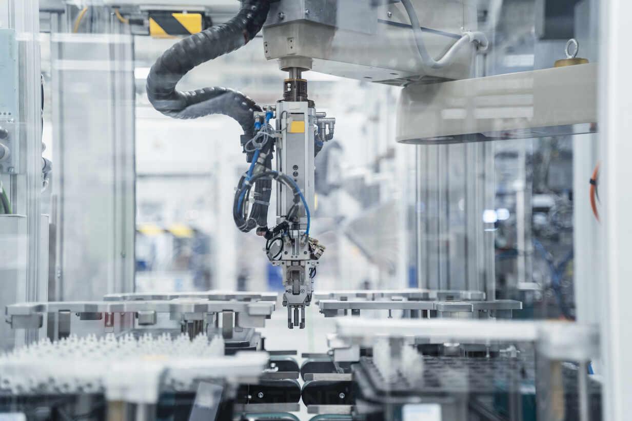 Arm of assembly robot functioning inside modern factory, Stuttgart, Germany - DIGF07183 - Daniel Ingold/Westend61